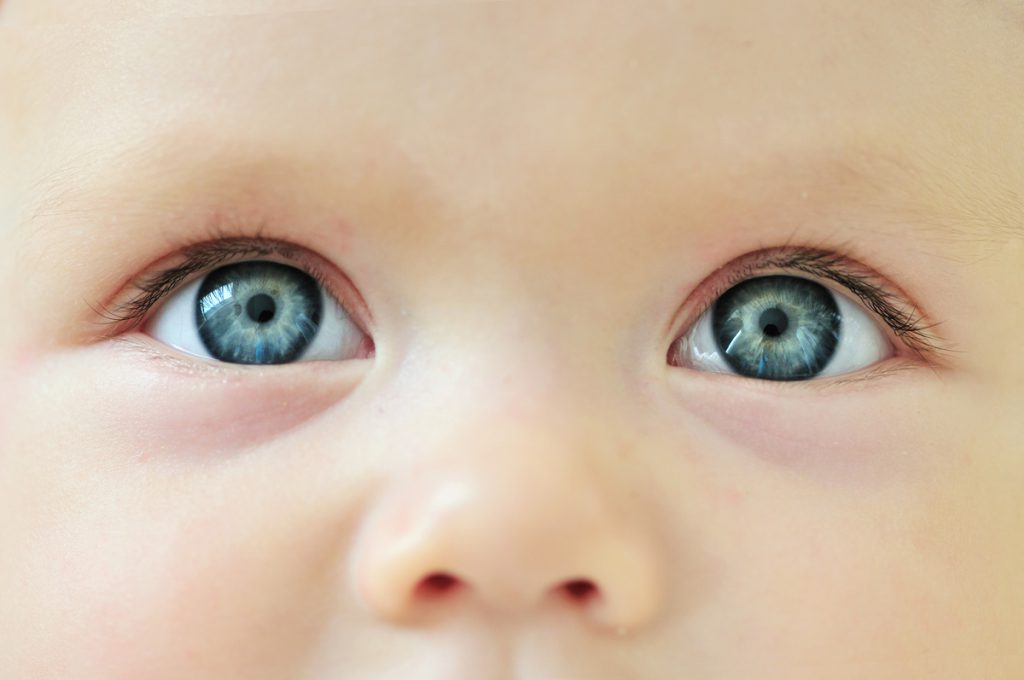Contrôle de la vue d'un bébé à 9 mois